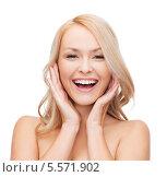 Купить «Смеющаяся блондинка обняла свое лицо руками», фото № 5571902, снято 7 января 2014 г. (c) Syda Productions / Фотобанк Лори