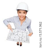 Купить «деловая девушка в каске указывает на что-то на плане здания», фото № 5571962, снято 8 декабря 2013 г. (c) Syda Productions / Фотобанк Лори