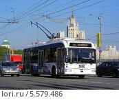 Купить «Городской троллейбус идет по дороге, Москворецкая набережная, Москва», эксклюзивное фото № 5579486, снято 8 мая 2013 г. (c) lana1501 / Фотобанк Лори