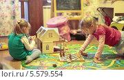 Купить «Девочки на полу играют в шахматы», видеоролик № 5579554, снято 11 февраля 2014 г. (c) Кекяляйнен Андрей / Фотобанк Лори