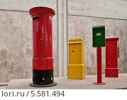 Купить «Почтовые ящики, используемые в разное время Почтовой службой Израиля. Музей Эрец-Исраэль, Тель-Авив», эксклюзивное фото № 5581494, снято 30 октября 2013 г. (c) Илюхина Наталья / Фотобанк Лори