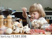 Купить «Маленькая девочка готовит на кухне», фото № 5581898, снято 29 сентября 2013 г. (c) Дарья Филимонова / Фотобанк Лори