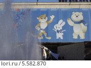 Купить «Олимпийские символы на фоне фонтана. Олимпиада, Сочи», фото № 5582870, снято 11 февраля 2014 г. (c) Корчагина Полина / Фотобанк Лори