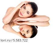 Купить «Портрет красивой брюнетки с нежной кожей на белом фоне с отражением в зеркале», фото № 5583722, снято 16 октября 2012 г. (c) Валуа Виталий / Фотобанк Лори