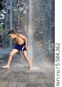 Купить «Мальчик в фонтане жарким летним днем. Мюнхен, Германия», эксклюзивное фото № 5584362, снято 28 июля 2013 г. (c) Илюхина Наталья / Фотобанк Лори
