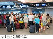 Очередь на регистрацию в аэропорту Даламан в Турции, эксклюзивное фото № 5588422, снято 4 июня 2013 г. (c) Володина Ольга / Фотобанк Лори