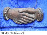 Купить «Рукопожатие. Архитектурный декоративный элемент», фото № 5589794, снято 22 мая 2011 г. (c) Сергей Михайлов / Фотобанк Лори
