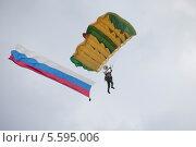 Купить «Парашютист спускается с развевающимся российским флагом», эксклюзивное фото № 5595006, снято 7 июля 2013 г. (c) Литвяк Игорь / Фотобанк Лори
