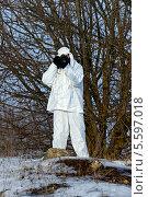 Купить «Фотограф-анималист охотится в зимнем лесу», фото № 5597018, снято 9 февраля 2014 г. (c) Эдуард Кислинский / Фотобанк Лори