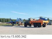 Купить «Международный авиационно-космический салон МАКС-2013. Буксировка самолета МиГ-29 ЛЛ летно-исследовательского института им. М.М.Громова», фото № 5600342, снято 26 августа 2013 г. (c) Игорь Долгов / Фотобанк Лори
