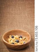 Купить «Тарелка с мюсли на фоне холста», фото № 5603106, снято 15 февраля 2014 г. (c) Сергей Чайко / Фотобанк Лори