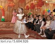 Купить «Праздник в детском саду. Танец с куклами.», фото № 5604926, снято 24 мая 2012 г. (c) Элина Гаревская / Фотобанк Лори