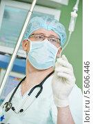 Купить «Врач-анестезиолог во время операции на сердце», фото № 5606446, снято 10 февраля 2014 г. (c) Дмитрий Калиновский / Фотобанк Лори