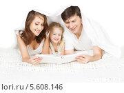 Купить «Семья читает книгу под одеялом», фото № 5608146, снято 27 июня 2019 г. (c) Инара Прусакова / Фотобанк Лори