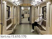 Интерьер современного вагона Московского метро (2014 год). Редакционное фото, фотограф Наталья Волкова / Фотобанк Лори