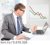 Купить «Бизнесмен смотрит на падающий график продаж и подсчитывает убытки», фото № 5610326, снято 3 октября 2013 г. (c) Syda Productions / Фотобанк Лори