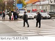 Купить «Пьяные мужчины переходят улицу на красный сигнал светофора», эксклюзивное фото № 5613670, снято 24 октября 2009 г. (c) Алёшина Оксана / Фотобанк Лори
