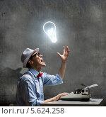 Купить «Писатель в очках и белой шляпе за печатной машинкой в ожидании вдохновения», фото № 5624258, снято 20 октября 2019 г. (c) Sergey Nivens / Фотобанк Лори