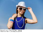 Купить «Очаровательная девушка в солнечных очках придерживает шляпу», фото № 5625294, снято 4 июля 2013 г. (c) Sergey Nivens / Фотобанк Лори