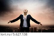 Купить «Деловая женщина кричит, подняв лицо к небу», фото № 5627138, снято 11 мая 2012 г. (c) Sergey Nivens / Фотобанк Лори