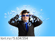 Стрессы на рабочем месте. Бизнесмен в защитных очках кричит в ярости. Стоковое фото, фотограф Sergey Nivens / Фотобанк Лори