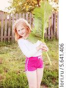 Купить «Девочка с листом лопуха», фото № 5641406, снято 22 июля 2018 г. (c) Майя Крученкова / Фотобанк Лори