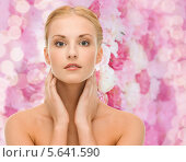Купить «Красивая юная девушка дотрагивается до своей кожи», фото № 5641590, снято 9 марта 2013 г. (c) Syda Productions / Фотобанк Лори