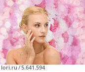 Купить «Красивая юная девушка дотрагивается до своей кожи», фото № 5641594, снято 9 марта 2013 г. (c) Syda Productions / Фотобанк Лори
