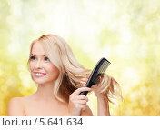 Купить «Красивая блондинка расчесывает волосы», фото № 5641634, снято 7 января 2014 г. (c) Syda Productions / Фотобанк Лори