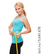 Купить «Стройная блондинка измеряет талию сантиметром», фото № 5641678, снято 7 января 2014 г. (c) Syda Productions / Фотобанк Лори