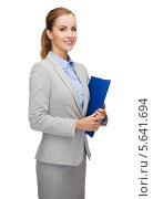 Купить «Деловая женщина в сером костюме с бумагами в папке», фото № 5641694, снято 19 января 2014 г. (c) Syda Productions / Фотобанк Лори