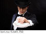 Купить «Привлекательный фокусник с веером игральных карт», фото № 5641750, снято 12 сентября 2013 г. (c) Syda Productions / Фотобанк Лори