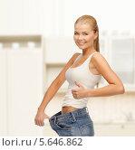 Купить «Стройная девушка в больших по размеру джинсах», фото № 5646862, снято 23 марта 2013 г. (c) Syda Productions / Фотобанк Лори