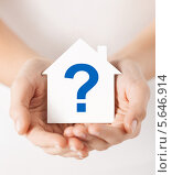 Купить «Картонный домик со знаком вопроса в мужских руках», фото № 5646914, снято 28 марта 2013 г. (c) Syda Productions / Фотобанк Лори
