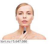Купить «Красивая женщина красит губы помадой», фото № 5647086, снято 5 декабря 2013 г. (c) Syda Productions / Фотобанк Лори