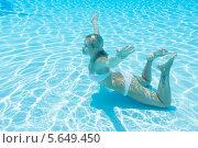 Купить «Девушка в купальнике плавает с закрытыми глазами под водой в бассейне», фото № 5649450, снято 8 июля 2012 г. (c) Losevsky Pavel / Фотобанк Лори