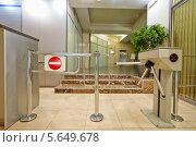 Купить «Вход в здание, оборудованный турникетом», фото № 5649678, снято 30 мая 2012 г. (c) Losevsky Pavel / Фотобанк Лори