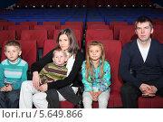 Купить «Семья с тремя детьми в кинотеатре», фото № 5649866, снято 20 ноября 2012 г. (c) Losevsky Pavel / Фотобанк Лори