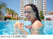 Купить «Улыбающаяся женщина позирует в плавательном бассейне с бокалом с коктейлем в руке», фото № 5649962, снято 12 июля 2012 г. (c) Losevsky Pavel / Фотобанк Лори
