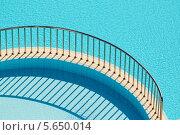 Купить «Бортик с перилами, разделяющий два бассейна», фото № 5650014, снято 13 июля 2012 г. (c) Losevsky Pavel / Фотобанк Лори
