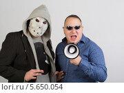 Купить «Двое мужчин, один в маске, другой в солнцезащитных очках и с мегафоном», фото № 5650054, снято 10 октября 2012 г. (c) Losevsky Pavel / Фотобанк Лори