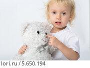 Купить «Маленький мальчик играет с игрушечным медведем», фото № 5650194, снято 12 декабря 2012 г. (c) Losevsky Pavel / Фотобанк Лори