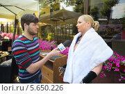 Купить «Журналист берет интервью у Анастасии Волочковой», фото № 5650226, снято 5 июня 2012 г. (c) Losevsky Pavel / Фотобанк Лори