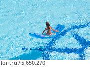 Купить «Маленькая девочка плавает на надувном матрасе», фото № 5650270, снято 14 июля 2012 г. (c) Losevsky Pavel / Фотобанк Лори