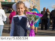 Купить «Маленькая девочка с цветами первого сентября рядом со школой», фото № 5650534, снято 1 сентября 2012 г. (c) Losevsky Pavel / Фотобанк Лори