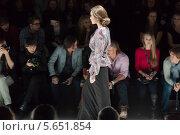 Купить «Девушка модель проходит по подиуму на фоне зрителей», фото № 5651854, снято 21 марта 2012 г. (c) Losevsky Pavel / Фотобанк Лори