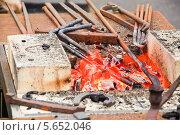 Купить «Жаровня и инструмент кузнеца на механическом вентиляторе на ярмарке мастеров на ВВЦ», эксклюзивное фото № 5652046, снято 17 марта 2013 г. (c) Алёшина Оксана / Фотобанк Лори