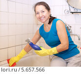 Купить «Женщина чистит ванну», фото № 5657566, снято 9 декабря 2012 г. (c) Яков Филимонов / Фотобанк Лори