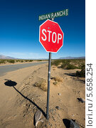 """Знак """"стоп"""" на дороге Indian Ranch в Долине Смерти (2013 год). Стоковое фото, фотограф Aleksandr Stzhalkovski / Фотобанк Лори"""