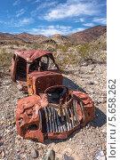 Заброшенный старый ржавый автомобиль в Долине Смерти, США (2013 год). Стоковое фото, фотограф Aleksandr Stzhalkovski / Фотобанк Лори